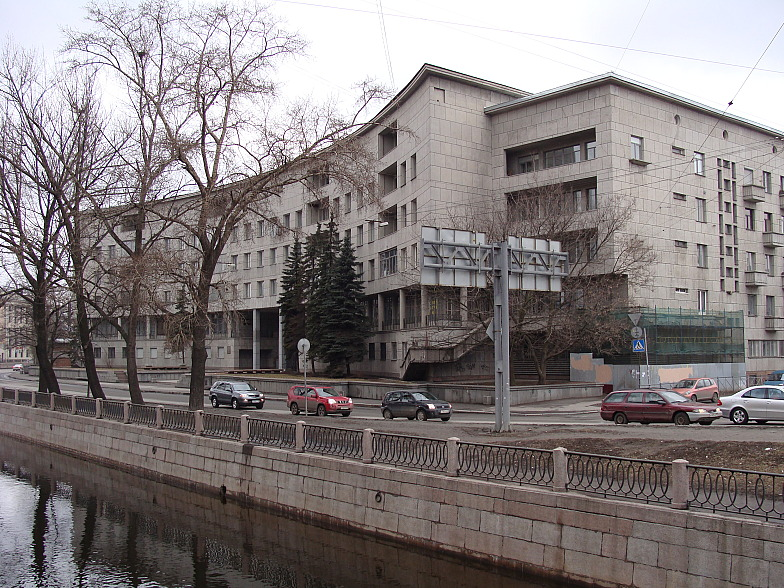 Петроградская. Набережная реки Карповки, д.13