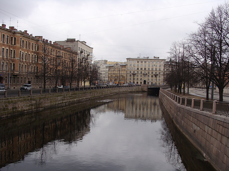 Петроградская. Река Карповка.