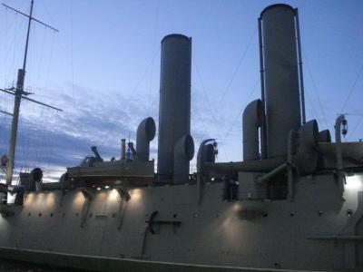 Что тебе снится крейсер Аврора в час когда утро встаёт над Невой