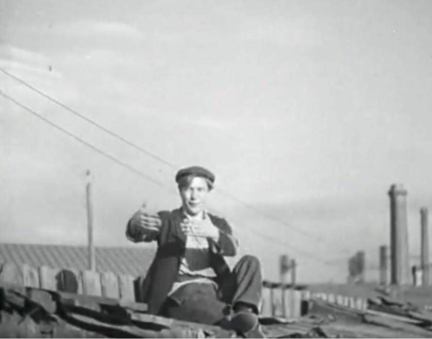 Кадр из фильма ЮНОСТЬ МАКСИМА. Борис Чирков поёт в кадре.
